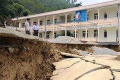 Trường học bị sạt lở, 140 học sinh huyện miền núi sát biên giới phải đi học nhờ