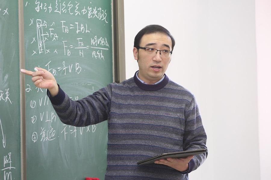 Thầy giáo dạy Vật lý làm gì để có 11 triệu người theo dõi trên mạng?