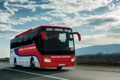 Xếp hàng đăng ký tour du lịch bằng xe buýt dài 70 ngày từ Ấn Độ tới Anh