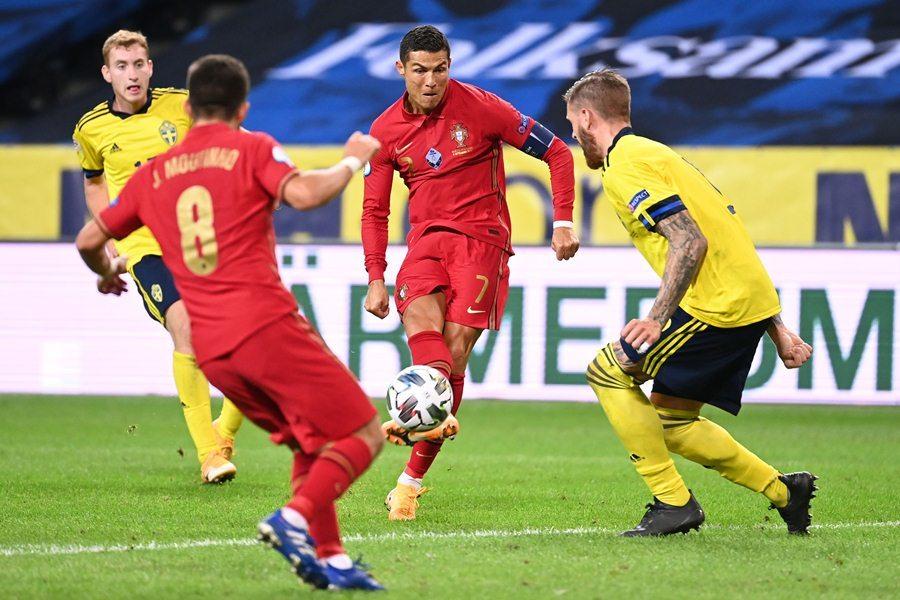 Ronaldo lập cú đúp siêu phẩm, Bồ Đào Nha hạ đẹp Thụy Điển