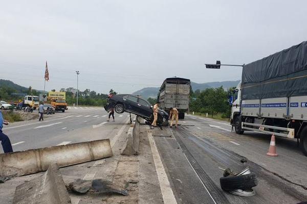Tránh đàn bò, ô tô Camry tông văng 5 khối bê tông dải phân cách