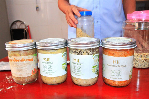 Manually canned food poses risks of poisoning