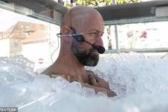Người đàn ông ngâm mình trong thùng đá lạnh 2,5 tiếng để lập kỷ lục