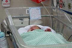 Bé sơ sinh bị bỏ rơi ở khe tường xuất viện