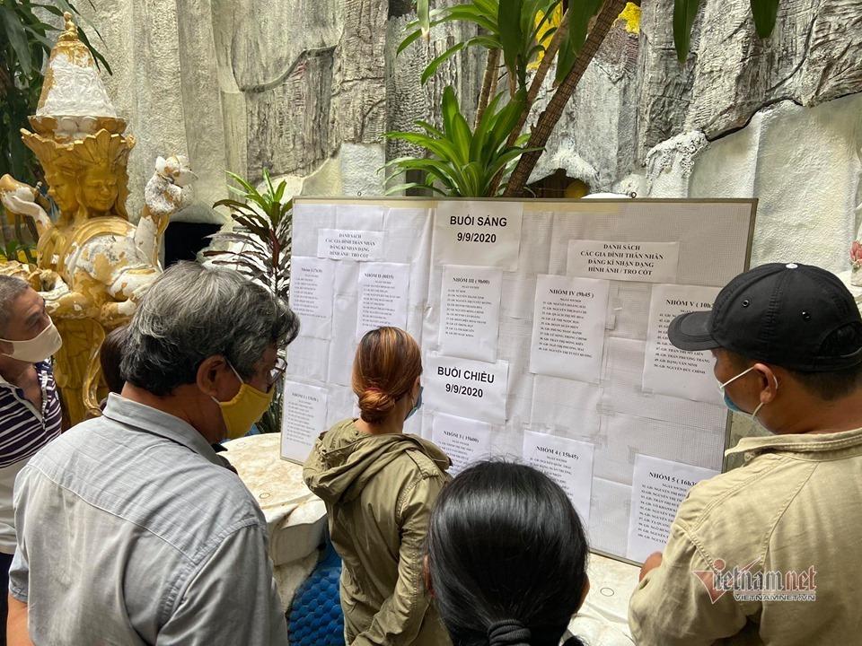 Người dân bật khóc khi tìm được tro cốt người thân thất lạc tại chùa Kỳ Quang 2