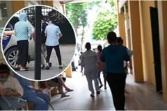 Cái kết đẹp vụ bé trai bị bỏ rơi trong khe tường ở Hà Nội: Ông bà ngoại rưng rưng ôm cháu vào lòng