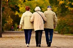 Cha mẹ lúc trẻ bớt 'yêu' con, về già được tự do, hạnh phúc