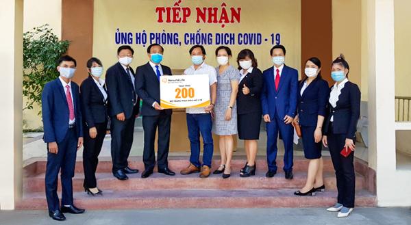 Hanwha Life tặng 600 bộ trang phục bảo hộ cho y, bác sĩ miền Trung