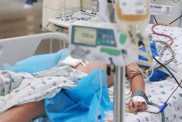Bé trai bị sốc sốt xuất huyết phải truyền 2 lít máu