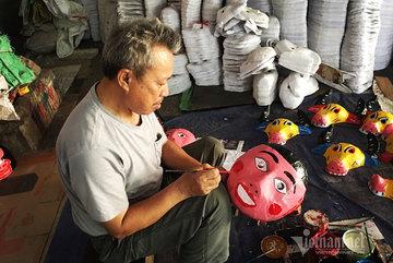 Xuyên đêm làm 10.000 chiếc mặt nạ giấy bồi bán Tết Trung Thu