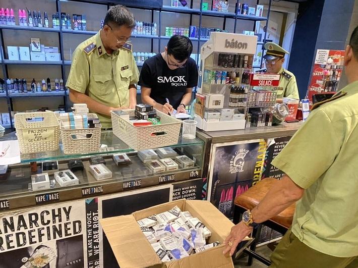 Núp bóng quán cà phê bán cả nghìn máy hút thuốc lá điện tử