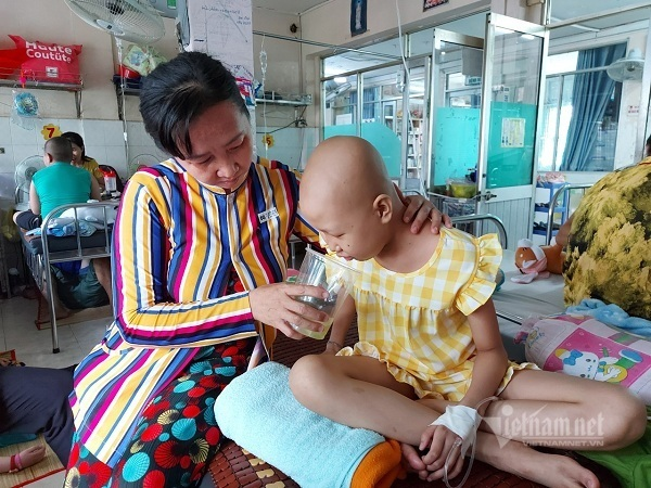 Vét túi không còn nổi 1 triệu đồng, mẹ góa con côi khóc nghẹn trước đợt xạ trị mới