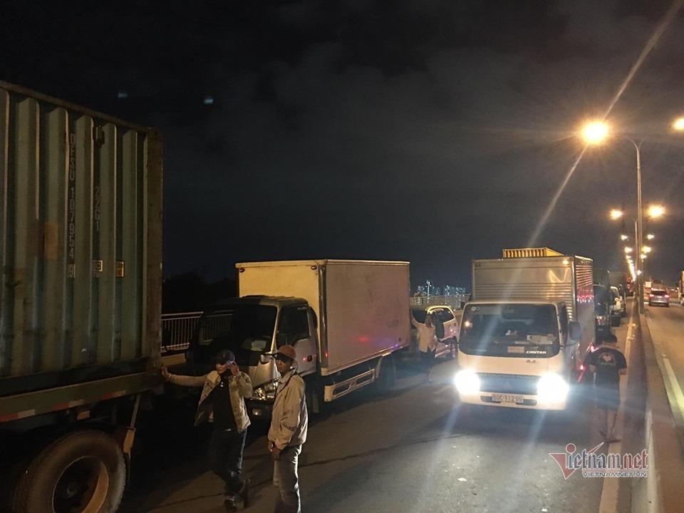 Xe container tông cả loạt ô tô khi đổ dốc cầu, giao thông tê liệt