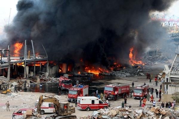 Cảng Beirut bốc cháy ngùn ngụt