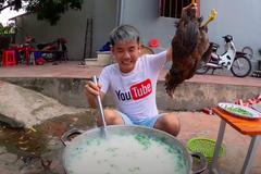 Hưng Vlog bị xử phạt 7,5 triệu đồng vì đăng video nấu cháo gà nguyên lông