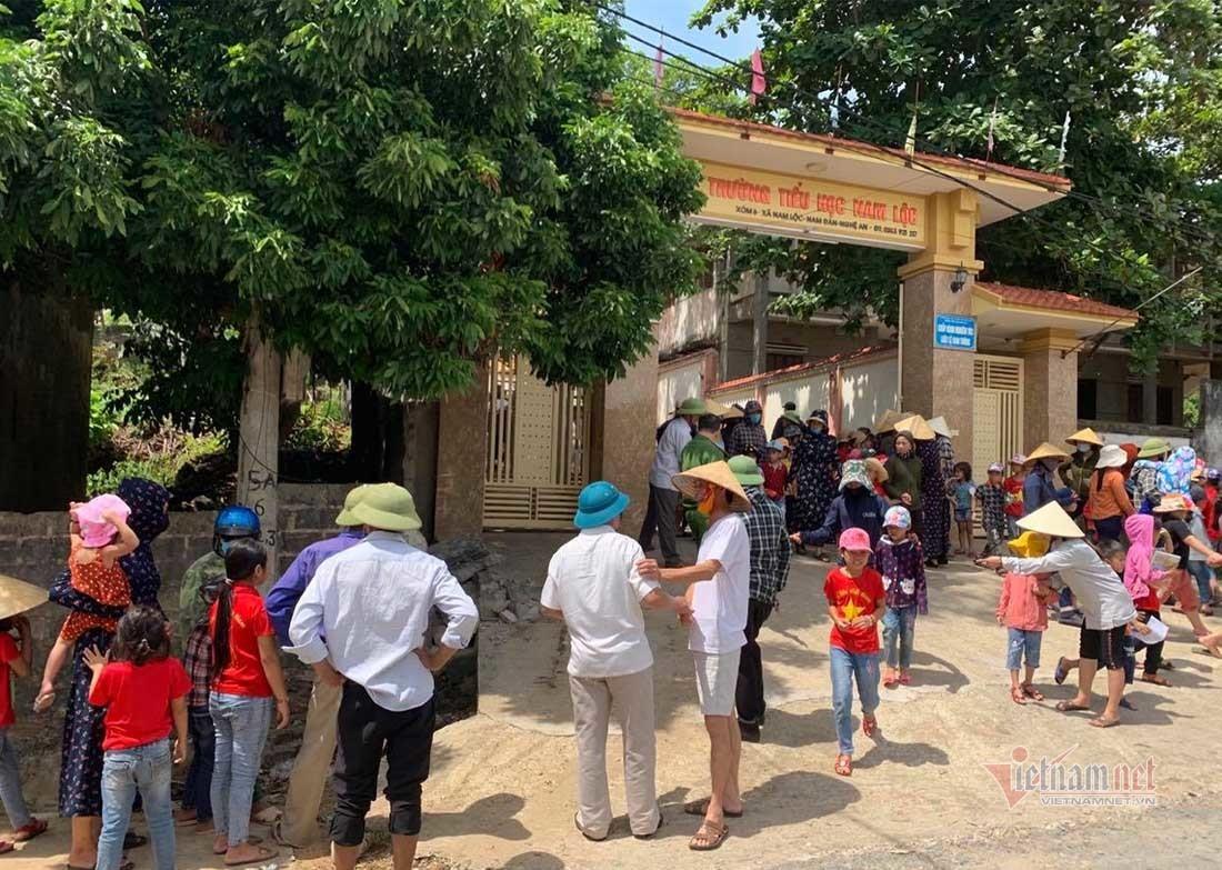 Sập tường rào trước cổng trường, học sinh lớp 5 tử vong