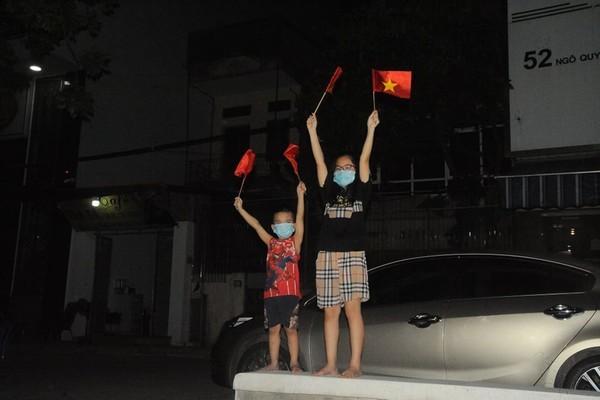 Hình ảnh vui mừng ngày dỡ phong tỏa ổ dịch quán Bò tươi ở Hải Dương