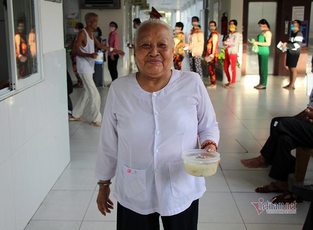 Công an Vĩnh Long vào bếp nấu món cháo thơm ngon tặng bệnh nhân