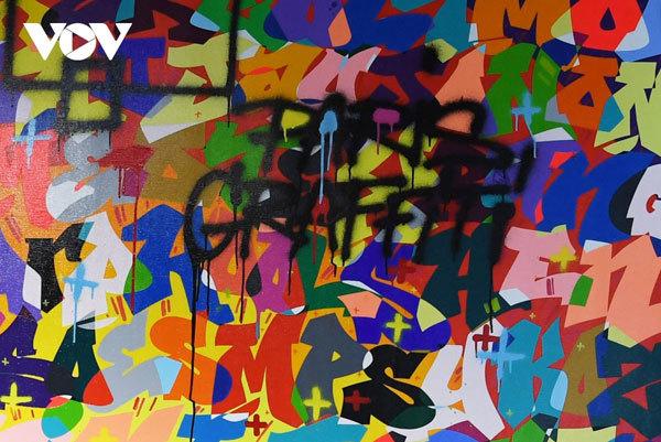 Artworks of Vietnamese-born graffiti artist go on display in Hanoi