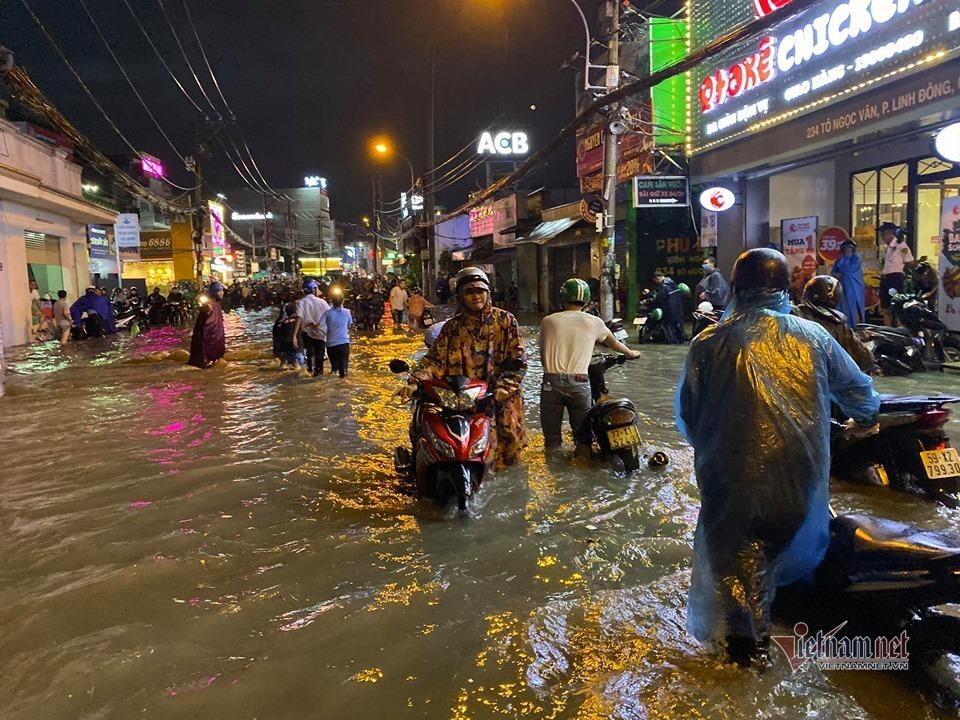 Mưa lớn, người Sài Gòn lại vượt dòng nước xiết về nhà