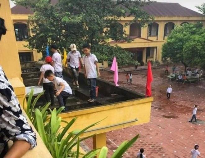 Giáo viên yêu cầu học sinh nhặt rác ở lan can không có rào chắn
