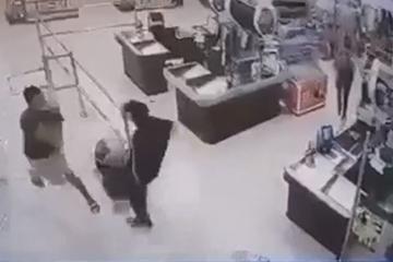 Người hùng hạ gục kẻ tấn công cô gái bán hàng
