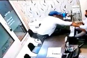 Tên cướp dùng thủ đoạn bất ngờ với chủ tiệm vàng