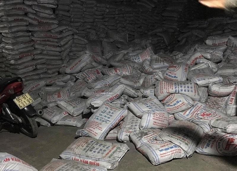 Hàng trăm bao phân đổ sập, đè chết 2 công nhân ở Bình Dương