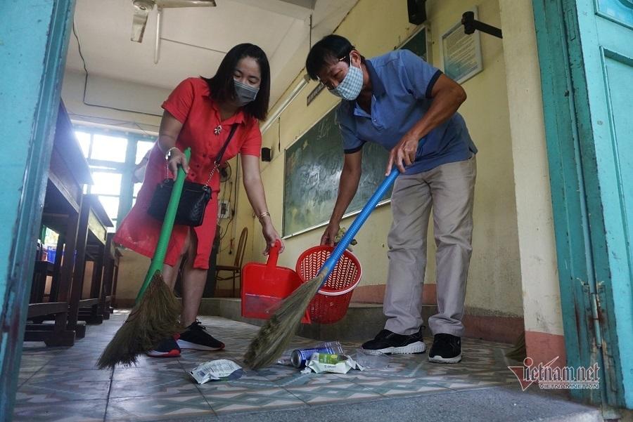 Thầy cô tất bật dọn dẹp đón học sinh trở lại trường ở Đà Nẵng