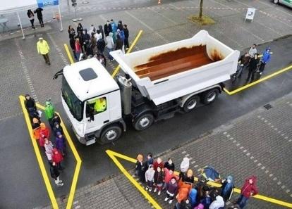 Đi vào điểm mù của xe tải, hai bà cháu bị cuốn vào gầm