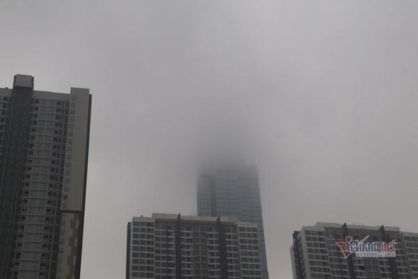 Sài Gòn đặc quánh sương mù, nửa tòa nhà Landmark 81 bị che khuất