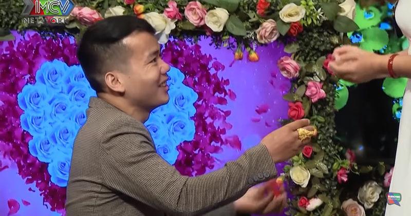 Giám đốc xây dựng mang nhẫn vàng cầu hôn bạn gái mới quen