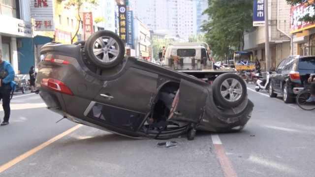 Nữ tài xế 'lạc tay lái', ô tô lật ngửa