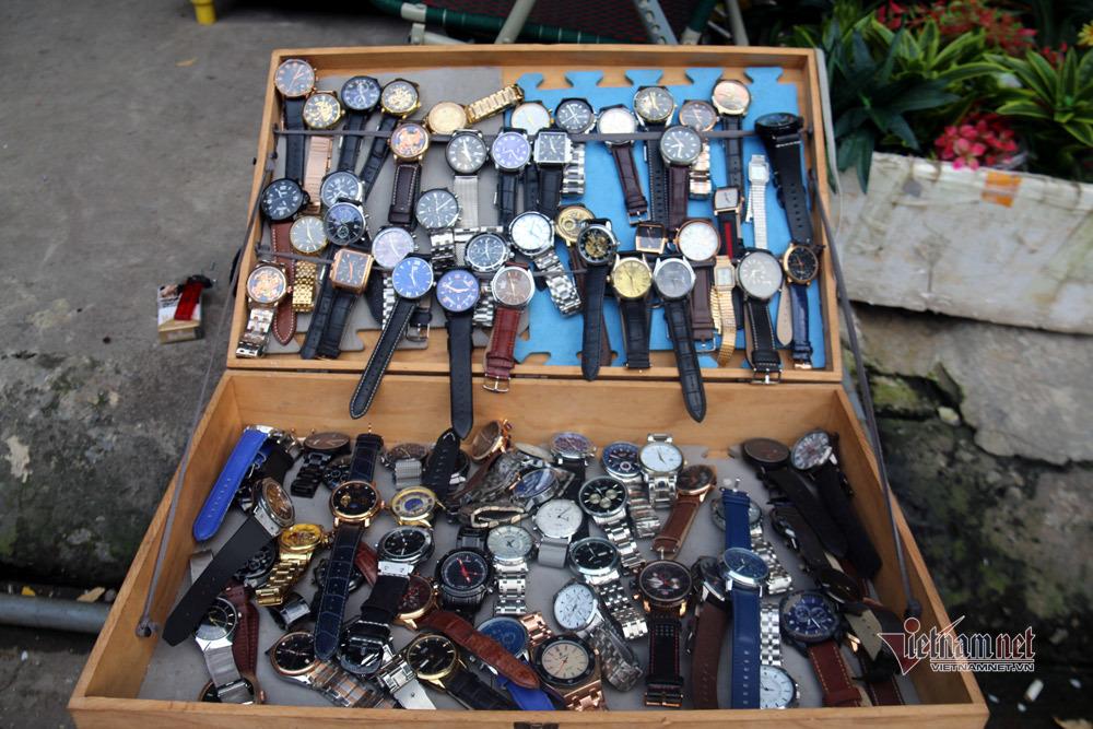 Chợ đồ cổ ở Hà Nội: Bán từ váy cưới cho tới cái cày