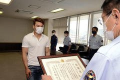 Young Vietnamese man saves drowning woman, receives certificate of merit in Japan
