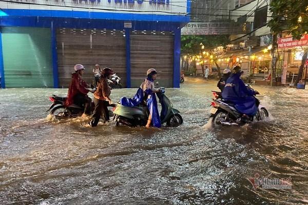 TP.HCM mưa 'tối tăm mặt mũi', hàng loạt tuyến đường ngập sâu