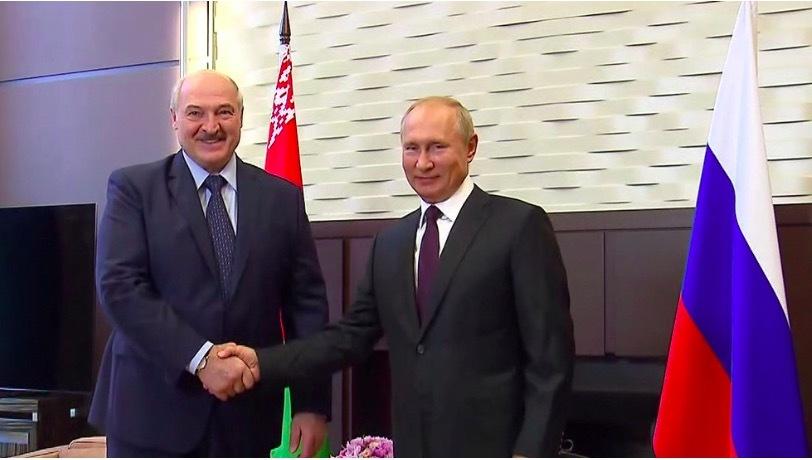 """Tổng thống Putin """"quăng dây cứu đắm"""" cho lãnh đạo Belarus"""