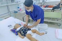 Ngã vào thùng đồ chơi lẫn kéo sắc, bé 11 tháng tuổi xuất huyết não