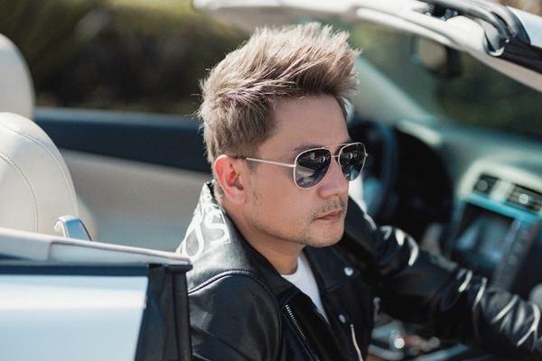 'Vua quảng cáo Việt Nam' tái xuất khác lạ bên xe mui trần trên phố Mỹ