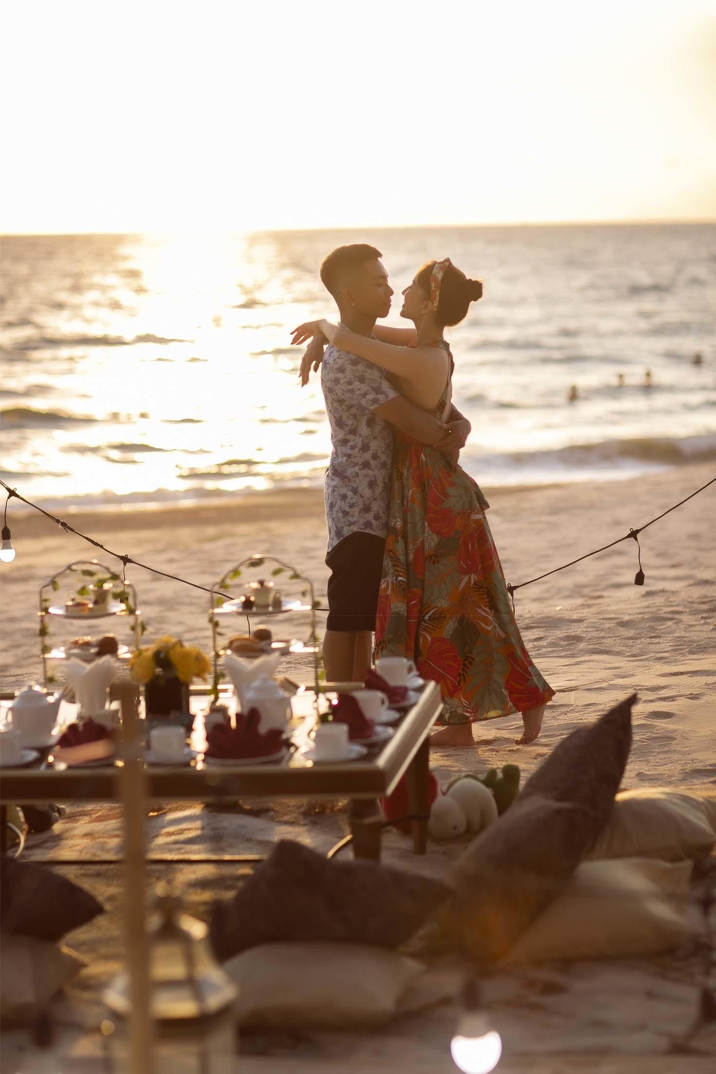 Chồng trẻ Phan Hiển làm điều lãng mạn với Khánh Thi