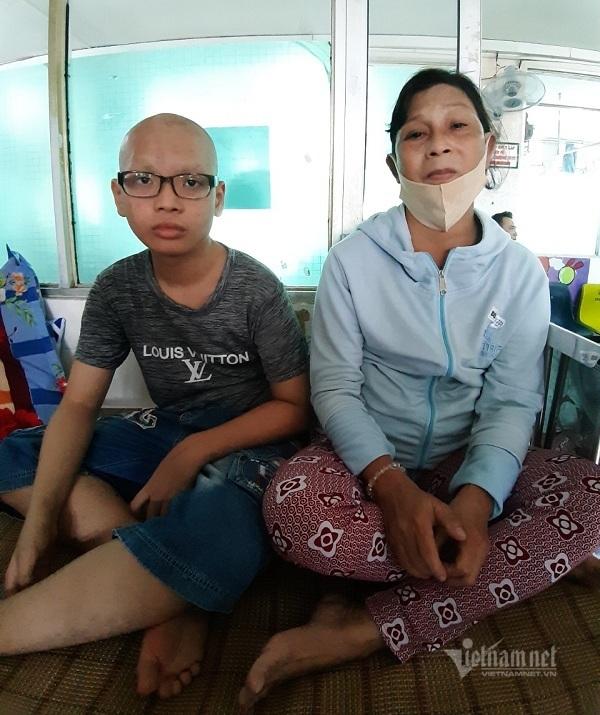 Cháu mồ côi học giỏi bị ung thư, tia hy vọng của bà ngoại vụt tắt