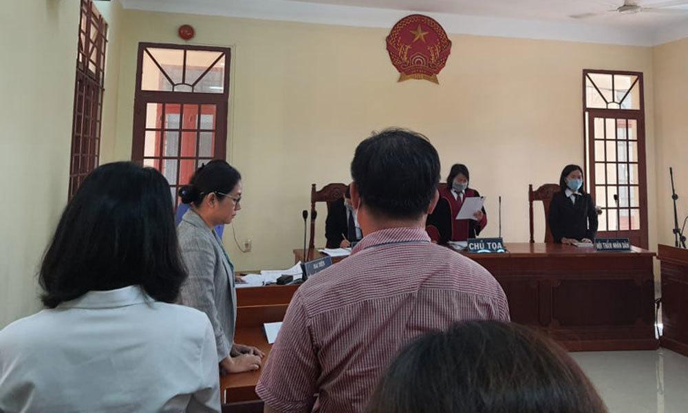 Bị kỷ luật vì cho học sinh diễn cảnh nóng, giáo viên kiện nhà trường ra tòa