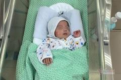Em bé được cứu sống ở tuần thai 31 về nơi ở mới