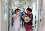 Video xúc động ngày về nơi ở mới của em bé được cứu sống ở tuần 31