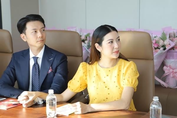 Á hậu Thúy Vân và chồng làm việc ý nghĩa cho trẻ em kém may mắn