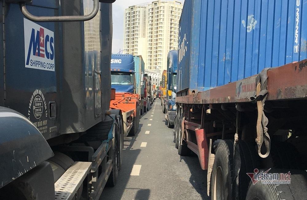 Kẹt xe kinh hoàng, nghìn xe container 'rồng rắn' đổ về cảng Cát Lái