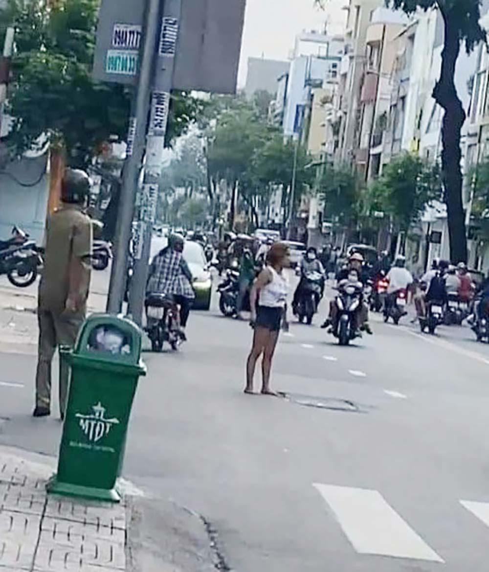 Kỳ lạ cô gái cầm dao 'phân luồng' giao thông ở trung tâm Sài Gòn