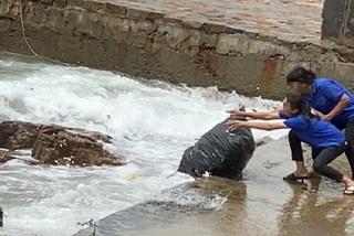 Phạt tiền chủ quán cà phê ở Vũng Tàu để nhân viên vứt rác xuống biển