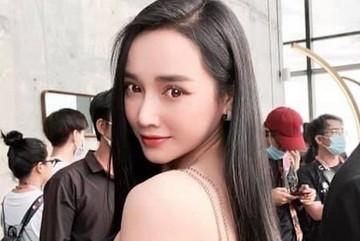Nhã Phương vai trần trẻ trung xinh đẹp