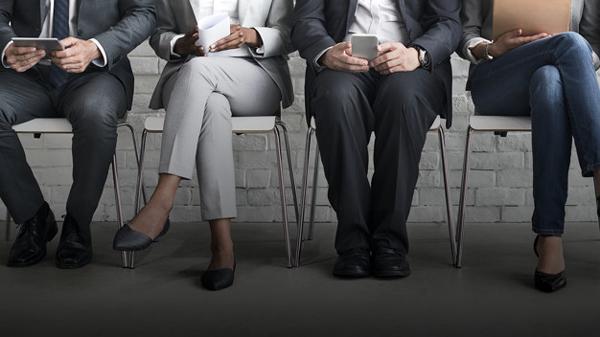 Làm gì khi phỏng vấn viên là người quen?